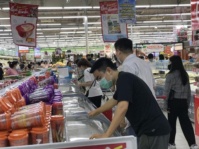 Hà Nội sau 1 tuần cách ly xã hội: Hàng hóa ngập tràn, khách thỏa sức mua - 3