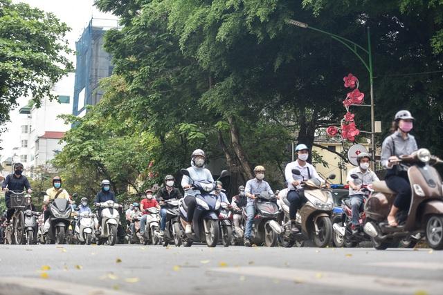 Phố phường Hà Nội đông đúc, nhiều hàng quán rậm rịch mở lại - 2