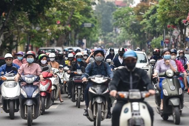 Phố phường Hà Nội đông đúc, nhiều hàng quán rậm rịch mở lại - 1