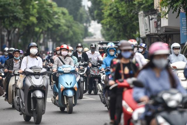 Phố phường Hà Nội đông đúc, nhiều hàng quán rậm rịch mở lại - 6