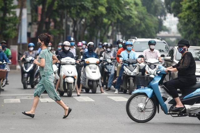 Phố phường Hà Nội đông đúc, nhiều hàng quán rậm rịch mở lại - 5