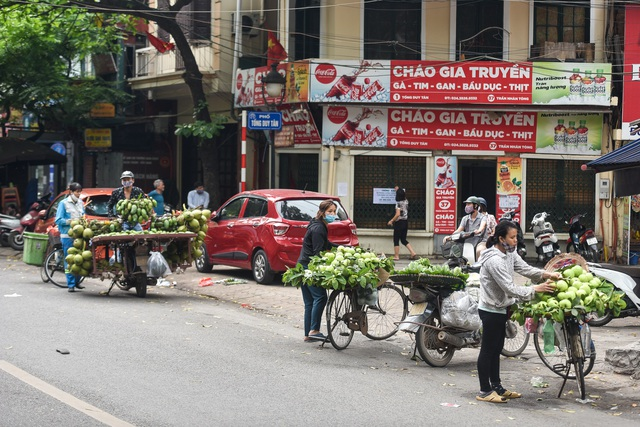 Phố phường Hà Nội đông đúc, nhiều hàng quán rậm rịch mở lại - 7
