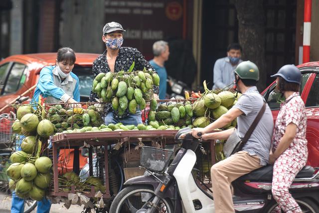 Phố phường Hà Nội đông đúc, nhiều hàng quán rậm rịch mở lại - 8