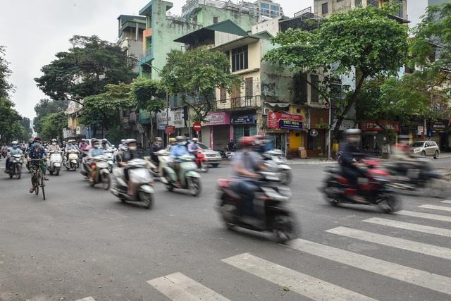 Phố phường Hà Nội đông đúc, nhiều hàng quán rậm rịch mở lại - 4