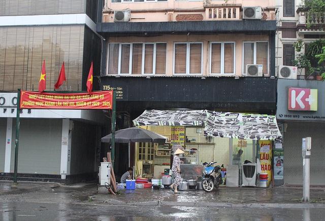 Lác đác quán hàng mở cửa trong ngày đầu Hà Nội dừng cách ly xã hội - 7