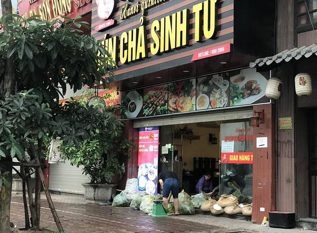 Lác đác quán hàng mở cửa trong ngày đầu Hà Nội dừng cách ly xã hội - 3
