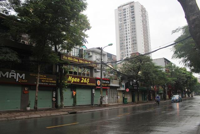 Lác đác quán hàng mở cửa trong ngày đầu Hà Nội dừng cách ly xã hội - 1