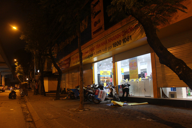 Lác đác quán hàng mở cửa trong ngày đầu Hà Nội dừng cách ly xã hội - 8