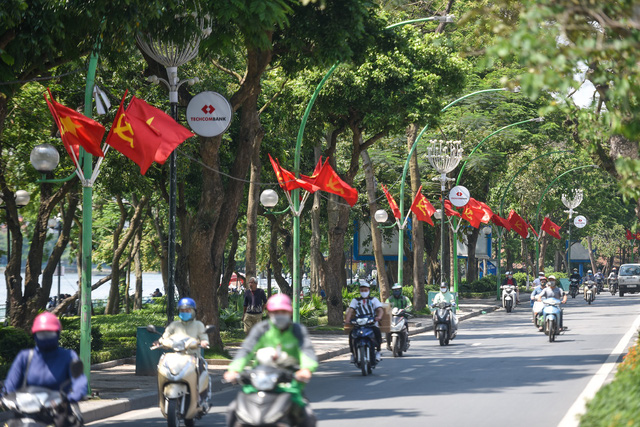 Ngắm Hà Nội rực rỡ sắc cờ trước ngày lễ lớn 30/4 - 1/5 - 1