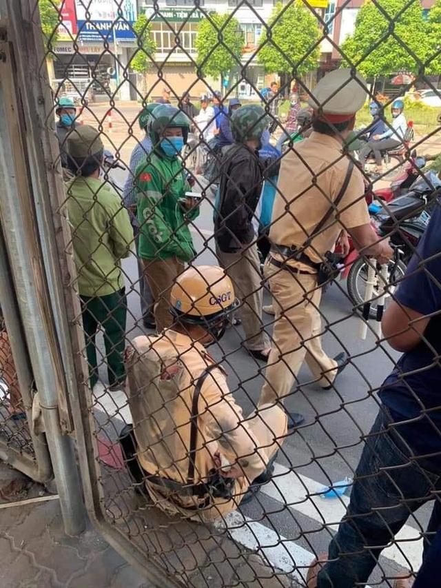 Hà Nội: CSGT bị ô tô kéo lê hàng chục mét - 1