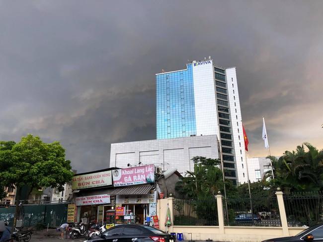 Chùm ảnh: Hà Nội bất ngờ đón cơn mưa giông đúng giờ tan tầm, người dân chật vật