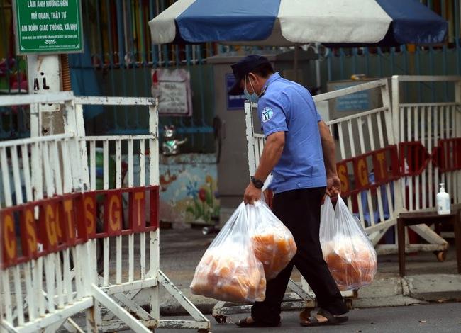 Nhịp sống trong các khu dân cư cách ly tại tâm dịch Đà Nẵng - Ảnh 2.
