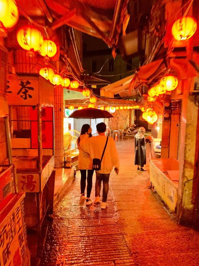 Tình bể tình như Trấn Thành và Hari Won: Đi Đài Loan cùng hội bạn thân vẫn không quên chụp hình lãng mạn như quay MV - Ảnh 2.