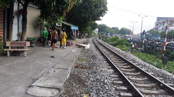 Hà Nội: Sang đường không quan sát, người đàn ông mặc áo GrabBike bị tàu hỏa tông tử vong lúc sáng sớm - Ảnh 1.