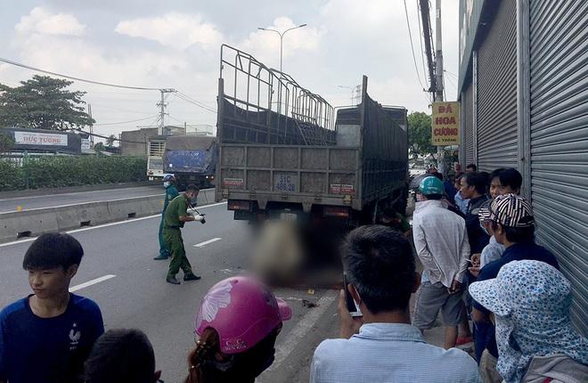 TP.HCM: Nam thanh niên và xe máy dính chặt vào đuôi xe tải sau cú tông cực mạnh - Ảnh 1.