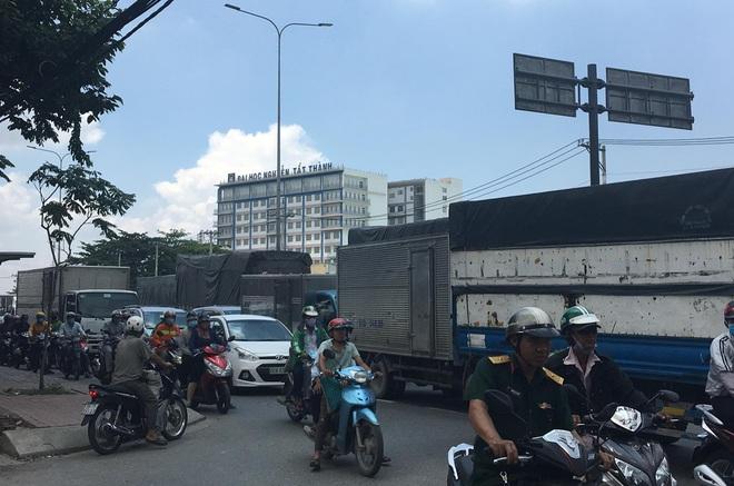 TP.HCM: Nam thanh niên và xe máy dính chặt vào đuôi xe tải sau cú tông cực mạnh - Ảnh 3.