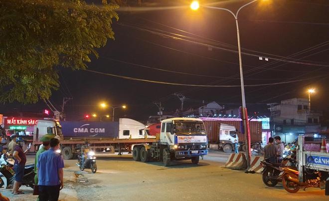 Bình Dương: Người mẹ bán vé số khóc nghẹn khi con trai 2 tuổi bị xe container cuốn vào gầm  - Ảnh 3.