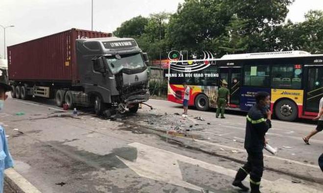 Hiện trường kinh hoàng vụ tai nạn container đè nát xe con khiến 3 người tử vong ở Hà Nội - Ảnh 5.