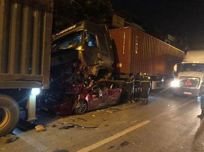 Hiện trường kinh hoàng vụ tai nạn container đè nát xe con khiến 3 người tử vong ở Hà Nội - Ảnh 10.