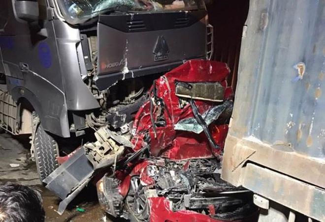 Hiện trường kinh hoàng vụ tai nạn container đè nát xe con khiến 3 người tử vong ở Hà Nội - Ảnh 11.