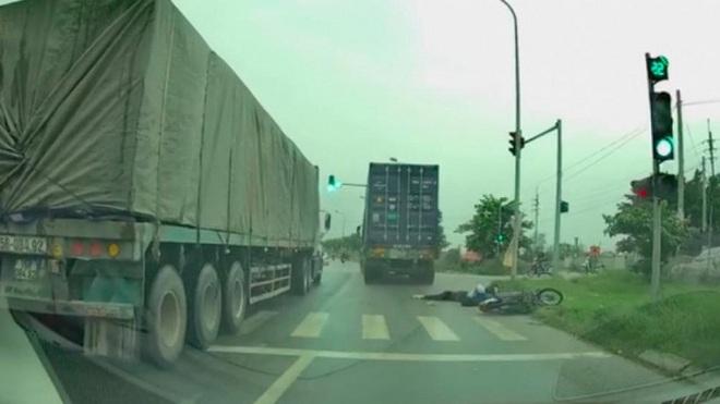Hà Nội: Xe container chạy ẩu tông nữ sinh viên trường Luật tử vong rồi bỏ trốn - Ảnh 1.