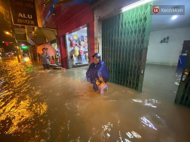 Trận ngập lớn nhất ở Sài Gòn từ đầu năm: Nhiều tuyến phố biến thành sông, hàng loạt phương tiện chết máy - Ảnh 18.