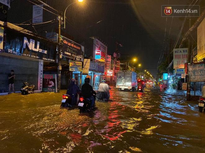 Trận ngập lớn nhất ở Sài Gòn từ đầu năm: Nhiều tuyến phố biến thành sông, hàng loạt phương tiện chết máy - Ảnh 10.