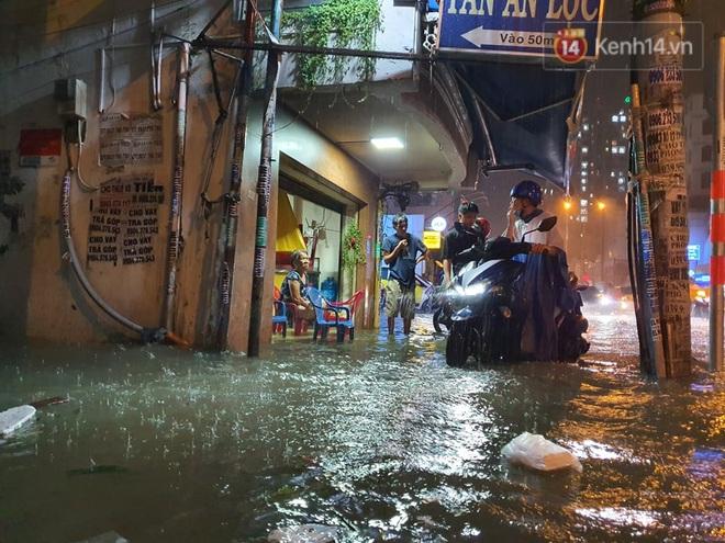 Trận ngập lớn nhất ở Sài Gòn từ đầu năm: Nhiều tuyến phố biến thành sông, hàng loạt phương tiện chết máy - Ảnh 6.