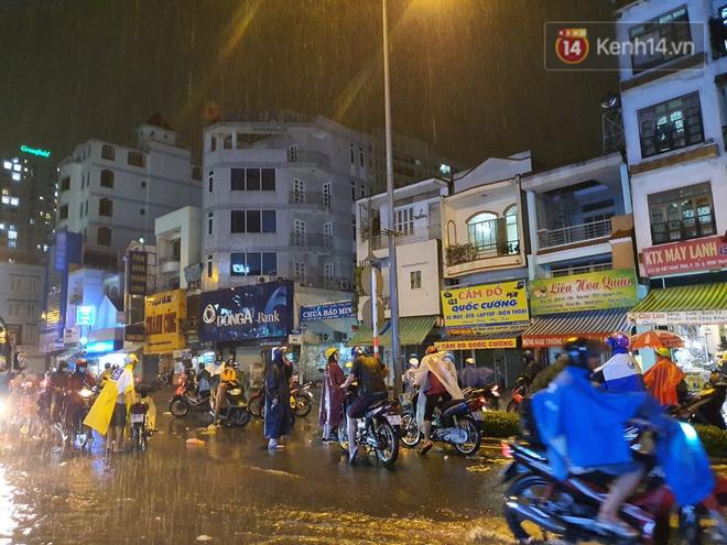 Trận ngập lớn nhất ở Sài Gòn từ đầu năm: Nhiều tuyến phố biến thành sông, hàng loạt phương tiện chết máy - Ảnh 7.