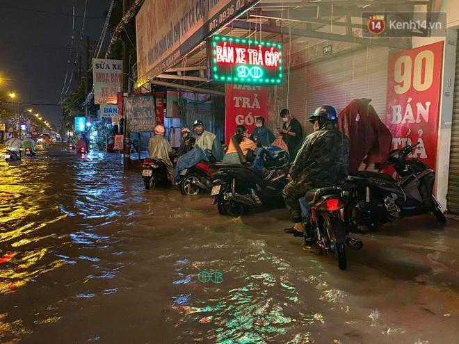 Trận ngập lớn nhất ở Sài Gòn từ đầu năm: Nhiều tuyến phố biến thành sông, hàng loạt phương tiện chết máy - Ảnh 11.
