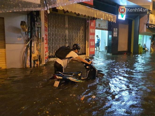 Trận ngập lớn nhất ở Sài Gòn từ đầu năm: Nhiều tuyến phố biến thành sông, hàng loạt phương tiện chết máy - Ảnh 8.