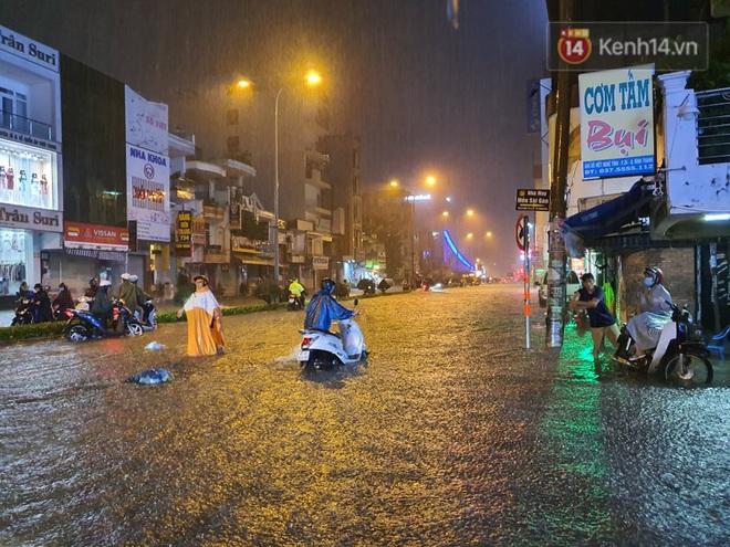 Trận ngập lớn nhất ở Sài Gòn từ đầu năm: Nhiều tuyến phố biến thành sông, hàng loạt phương tiện chết máy - Ảnh 2.