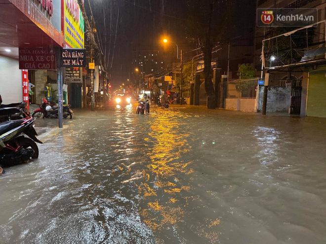 Trận ngập lớn nhất ở Sài Gòn từ đầu năm: Nhiều tuyến phố biến thành sông, hàng loạt phương tiện chết máy - Ảnh 12.