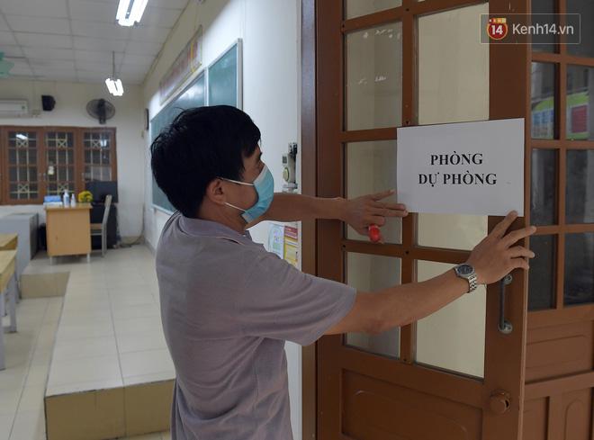 Cận cảnh quá trình phun sát khuẩn phòng thi, điểm thi THPT Quốc gia 2020 tại Hà Nội - Ảnh 8.
