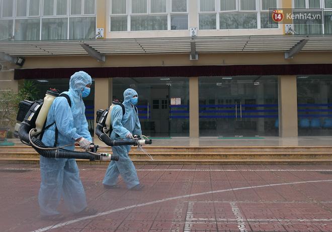 Cận cảnh quá trình phun sát khuẩn phòng thi, điểm thi THPT Quốc gia 2020 tại Hà Nội - Ảnh 3.