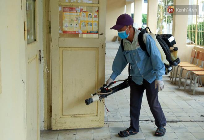 Cận cảnh quá trình phun sát khuẩn phòng thi, điểm thi THPT Quốc gia 2020 tại Hà Nội - Ảnh 12.