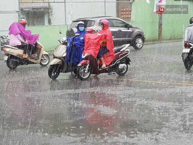 """Chùm ảnh cha mẹ nhất quyết đứng dưới mưa to chờ con thi xong: """"Sợ nó ra không thấy ai"""" - Ảnh 2."""