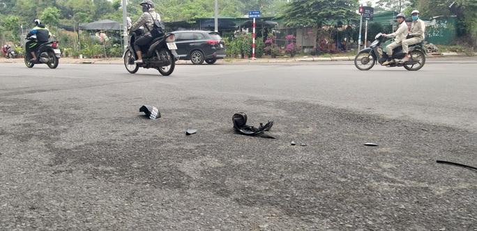 Chồng cầm dao chém hụt 1 người rồi truy sát vợ ngay trên phố - Ảnh 2.