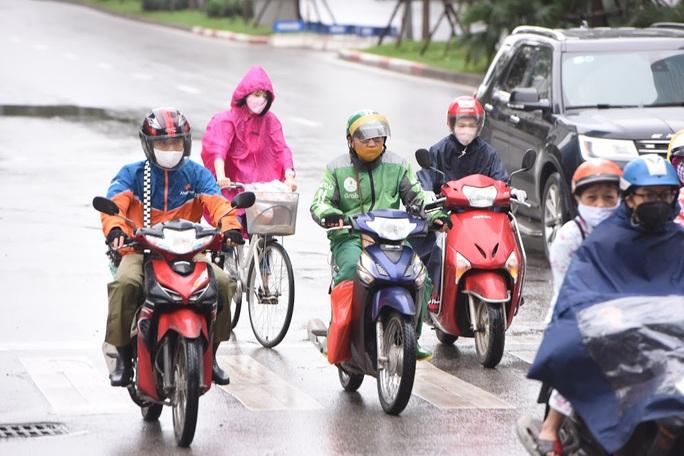 Người vận chuyển hoạt động nhộn nhịp trong ngày cách ly xã hội chống dịch Covid-19 - Ảnh 1.
