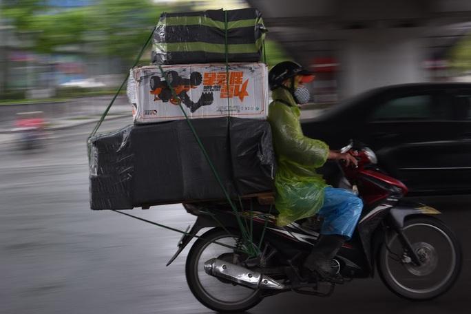 Người vận chuyển hoạt động nhộn nhịp trong ngày cách ly xã hội chống dịch Covid-19 - Ảnh 9.