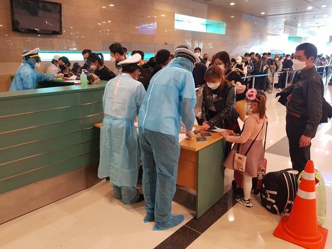 Đưa hơn 340 công dân Việt Nam từ Singapore về sân bay Cần Thơ - Ảnh 1.