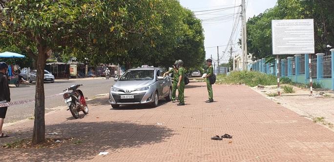 Tài xế taxi đâm đồng nghiệp tử vong vì mâu thuẫn trong lúc bắt khách - Ảnh 1.