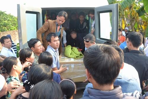 Khóc ngất đón thi thể bé Nhật Linh tại quê nhà Hưng Yên