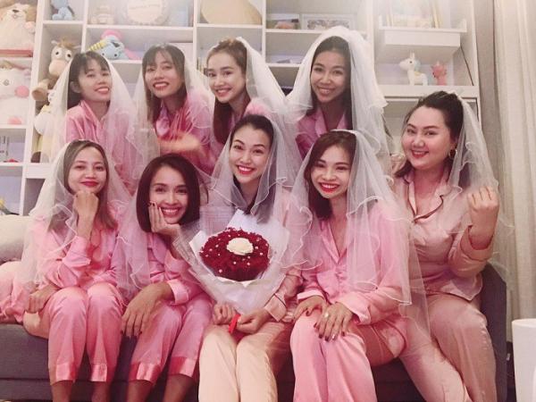 a_hau_hoang_oanh_cung_hoi_chi_em_mo_tiec_chia_tay_doi_doc_than_2_wfbd