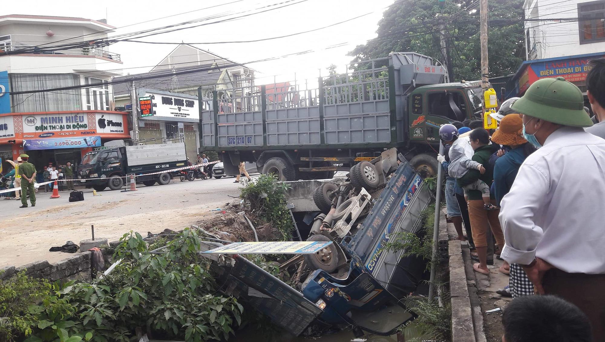 Xe tải lớn đâm xe tải nhỏ văng xuống kênh, 1 người tử vong - Ảnh 1.