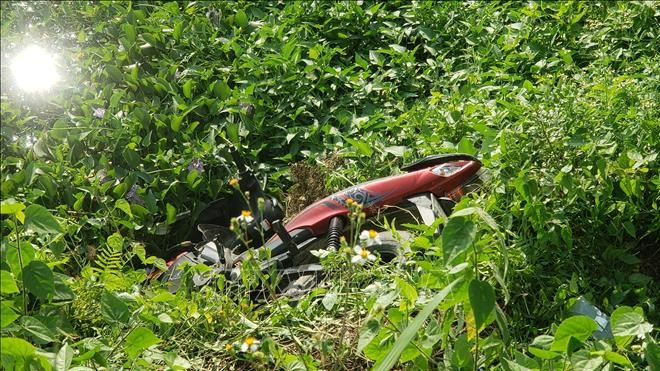 Xe máy đâm vào barie lao xuống ruộng, 1 người bị thương nặng - Ảnh 2.