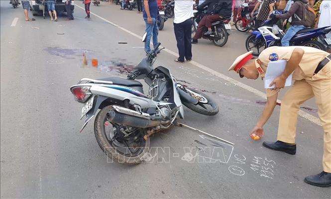 Bình Phước: Xe máy tông xe container, 2 người thương vong - Ảnh 1.