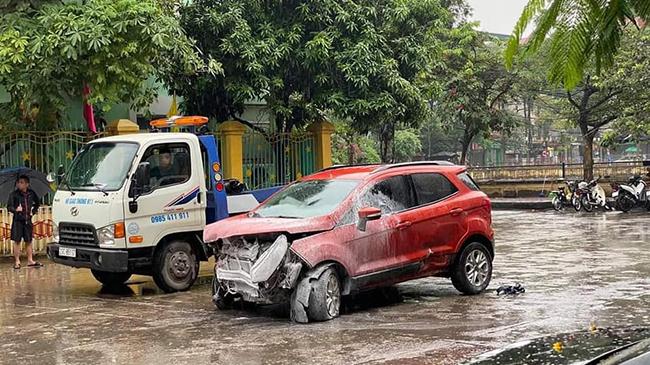 Ô tô con mất lái, húc đổ tường rào trường mầm non  - Ảnh 2.