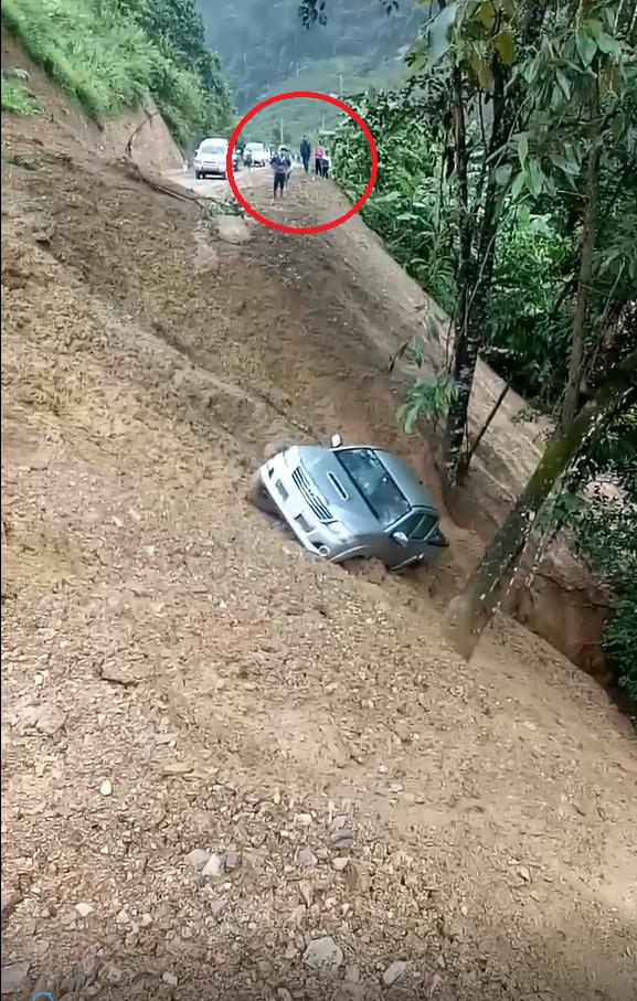 Clip: Khoảnh khắc đất đồi sạt lở, cuốn trôi chiếc xe bán tải, hành động của người chứng kiến gây tranh cãi - Ảnh 1.