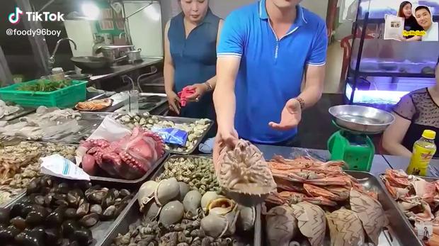 """Dân Hà Nội xếp hàng thưởng thức món """"xe tăng lội nước"""", đắt hơn cả tôm hùm - Ảnh 3."""